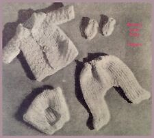 Carrozzina Set Baby Doll Clothes VINTAGE Knitting Pattern Giacca Guanti Cappello Leggings A45