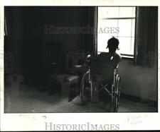 1980 Press Photo Patient looks out window at New Orleans Rehabilitation Center