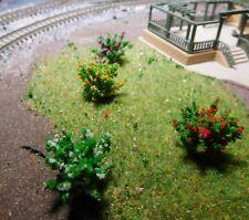 50 dunkelgrüne Büsche, rot, gelb, weiß, und violett blühend, 28 mm hoch