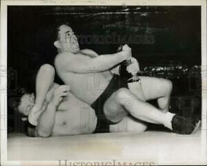 1949 Press Photo Wrestlers Jim Londos and Eric Holmback in bout in New Jersey