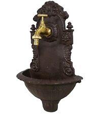 style ancienne fontaine murale en fonte et robinet en laiton de jardin marron