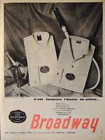 PUBLICITÉ 1960 CHEMISE NYLFRANCE BROADWAY IL EST TOUJOURS L'HEURE DE PLAIRE