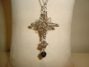 Antikes Silberkreuz mit facettiertem Granat