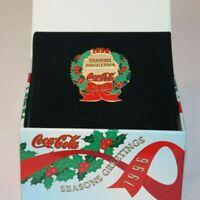 Christmas Wreath Lapel Pin Seasons Greetings 1996 Coca Cola + Gift / Display Box