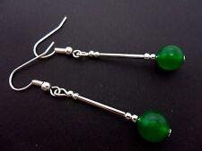 Un PAR DE Dangly Verde Jade grano de plata plateado pendientes.