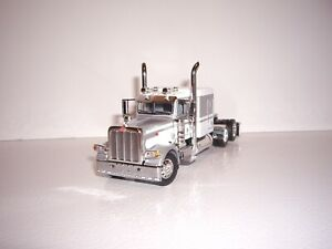 DCP FIRST GEAR 1/64 WHITE AND SILVER PETERBILT 389 WITH 63'' FLATTOP SLEEPER