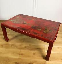 TABLE BASSE ANCIENNE DES ANNÉES 1900 À DÉCOR CHINOIS EN BOIS LAQUÉ ROUGE