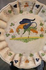 Assiette en faïence décor à oiseau sur fond vieilli style Moustiers earthenware