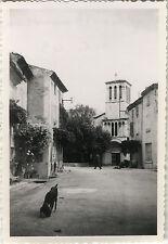 PHOTO ANCIENNE - VINTAGE SNAPSHOT - BOURDEAUX DRÔME EGLISE RUE CHIEN - DOG 1949