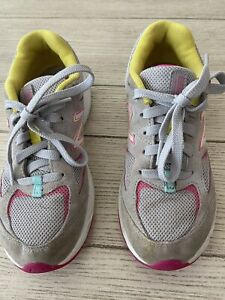 NEW BALANCE  YOUTH GIRLS GRAY AND PINK SNEAKERS  SIZE 2.5