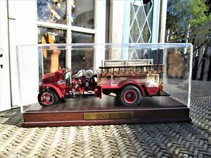 FIRE ENGINE MACK 1926 AC ROTARY PUMPER DANBURY MINT 1:32 & DISPLAY