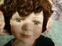 poupée porcelaine  42cm aux yeux verts et couettes adorable!!! bien habillée
