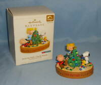 2006 Hallmark The PEANUTS Gang DECK the HALLS, CHARLIE BROWN Christmas Ornament