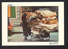 PARIS (75) RAMASSEUR de CARTONS au travail
