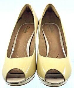 Clarks Artisan Adriel Viola Pump Womens 8M Beige Patent Peep Toe Dress Heel Shoe