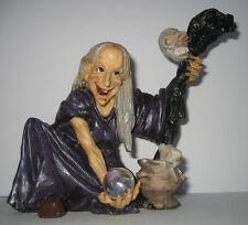 Hexe mit Schlangenstab und Zauberkugel kocht Suppe, Kunststein, 14x14x12cm