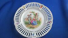 ancienne assiette decorative en porcelaine ajourée scene galante dans un parc