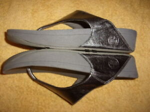 FitFlop Silver Flip Flop SANDALS WOMEN'S SIZE: 9