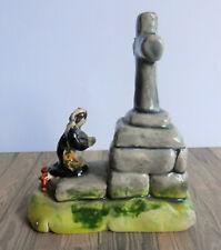 Sujet en céramique, Bretonne priant sur un calvaire, bretagne