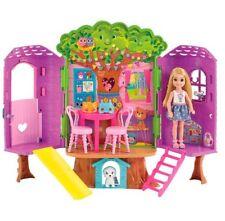 Bambola Barbie Chelsea Casa sull'albero due livelli con cane e 8 accessori Playsets NUOVO