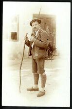 Foto, Mann in Tracht kostümiert u. Pfeife rauchend, vor 1905