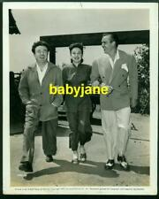 DEANNA DURBIN EDMUND O'BRIEN BRUCE MANNING VINTAGE 8X10 PHOTO 1942 ON STUDIO LOT