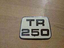 TRIUMPH TR250 originale cofano distintivo.