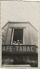 PHOTO ANCIENNE - VINTAGE SNAPSHOT - CAFÉ BAR TABAC FENÊTRE COMMERCE DRÔLE-WINDOW
