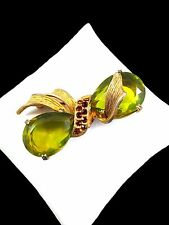 VINTAGE GOLD-TONE ABSINTHE GREEN TEARDROP TOPAZ RHINESTONE RIBBON BOW TIE BROOCH