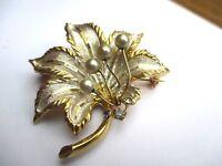 broche ancien bijou vintage feuille finement gravé couleur or argent perle  2225
