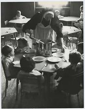 Italia, scuola materna cattolica, pranzo Vintage silver print Tirage argentiqu