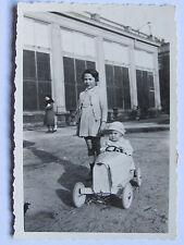 06C54 ANCIENNE PHOTOGRAPHIE PHOTO SNAPSHOT JOUET VOITURE D'ENFANT A PÉDALES 1933