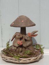 Osterdeko Kaninchen Hasenpaar mit Blumen unter Pilz Braun Shabby Polyresin H.23