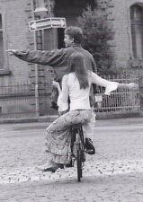 Ansichtskarte: entweder? oder? -  junges Paar auf Fahrrad  weiß nicht wohin