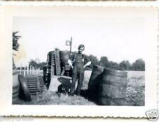 Portrait homme + chien tonneaux voiture   - photo ancienne an. 1940