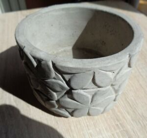 Concrete round flower pot. Daisy pattern .108mm x 80mm high. Natural finish.