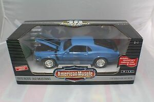 1970 Blue Boss 302 Mustang + Coin+Stand new old stock 1-18 ERTL #32924