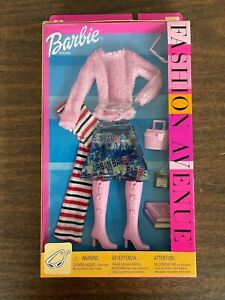 2002 Barbie Fashion Avenue Sweater Skirt Boots Scarf Outfit Bag NIB Mattel 25701