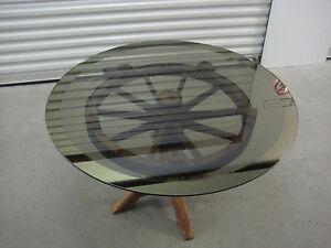 runder Tisch,massiver Holzfuß aus altem Rad,runde Glasplatte mit kleiner Macke