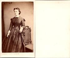 CDV Jolie jeune femme en pose, coiffure à l'impératrice Eugénie, circa 1860