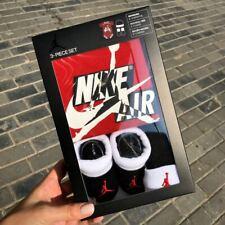 NIKE Air Jordan Baby Set 3-teilig 6-12 Monate Baby Body, Baby Socken, Baby Mütze