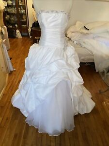 #434 Davids Bridal Wedding gown pre owned sz 4. Ball Gown Gorgeous! Boned Bodice