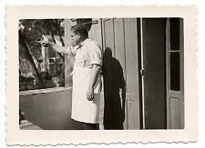 Homme avec tablier montrant du doigt - photo ancienne an. 1930 40