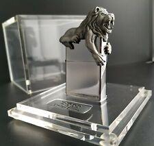 Zippo 3d León/Lion Limited Edition, xxxx/2500, en el cubo de acrílico