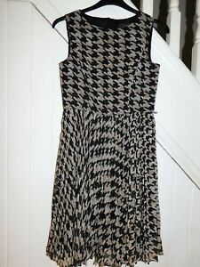 ADRIANNA PAPELL SIZE 10 - SLEEVELESS FULLY LINED PATTERNED PART PLEATED DRESS