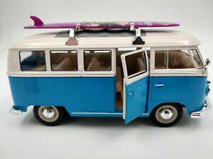 VW Bus Combi Volkswagen T1 bleu et blanc avec planche de surf, 1/24eme 17cm