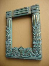 Petit cadre en bois sculpté à patine verte et dorée