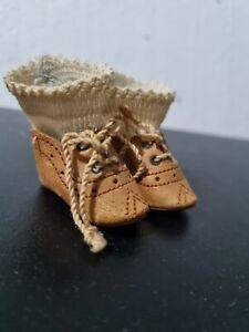 Paire de chaussures et chaussettes anciennes en cuir taille de poupée Bleuette