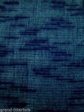 Tende blu tinti uniti con confezionata per la casa