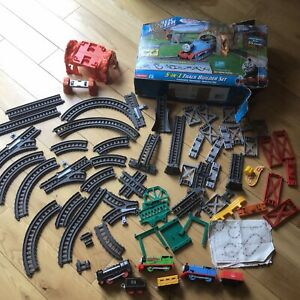 Thomas & Friends 5-in-1 Track Builder Set & 2 Extra Engines & Carriages